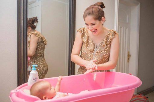 Iamdra Fermin bañando a su bebé Andrea